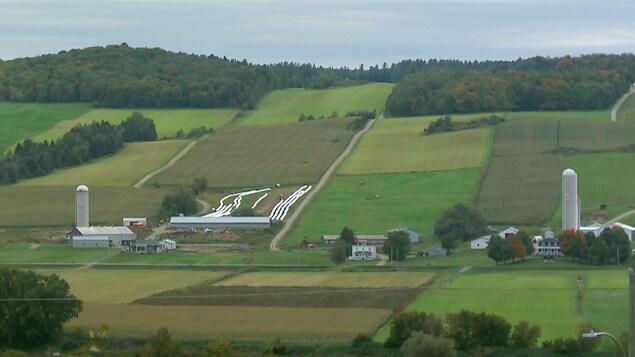 Dans les années 70, les bâtiments de ferme étaient très rapprochés et qui donnaient chacun sur une surface rectangulaire qui était cultivée.