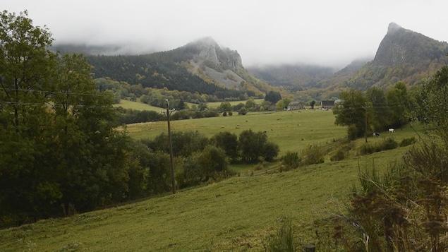 Montagnes formées par d'anciens volcans, et vallée agricole au centre.