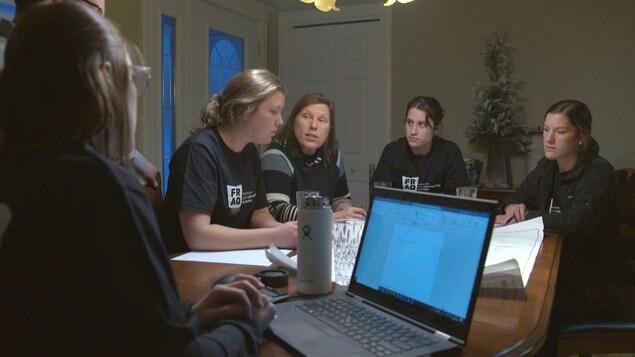 La mère Lyne Groleau et les quatre filles, Marie-Ève, Audrey, Cynthia et Caroline Couture prennent part aux réunionx de la ferme avec leur père Marco Couture.