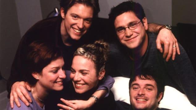 Les comédiens et comédiennes Vincent Graton, Patrick Labbé, Julie McClemens, Macha Limonchik et Normand Daneau posent en souriant.