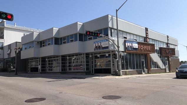 La façade d'un immeuble où se trouvait autrefois un bar.
