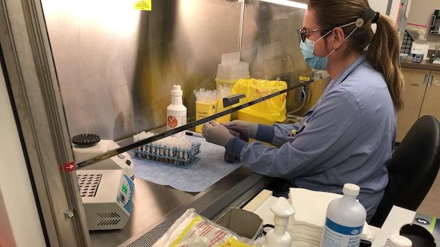 Une employée de laboratoire manipule des échantillons.