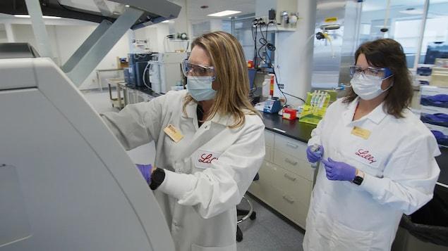Deux scientifiques dans les laboratoires d'Eli Lilly.