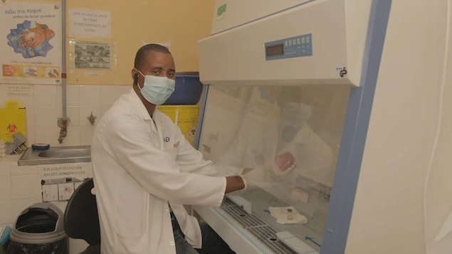 Une personne de Mozambique en train de tester un échantillon pour la COVID-19 dans un laboratoire.