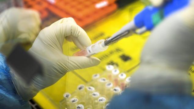 Un employé dans un laboratoire.