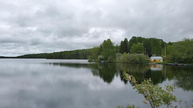 Le lac avec un chalet en arrière-plan.
