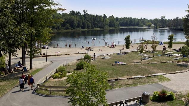Des amateurs de baignade profitent de la plage une journée d'été.