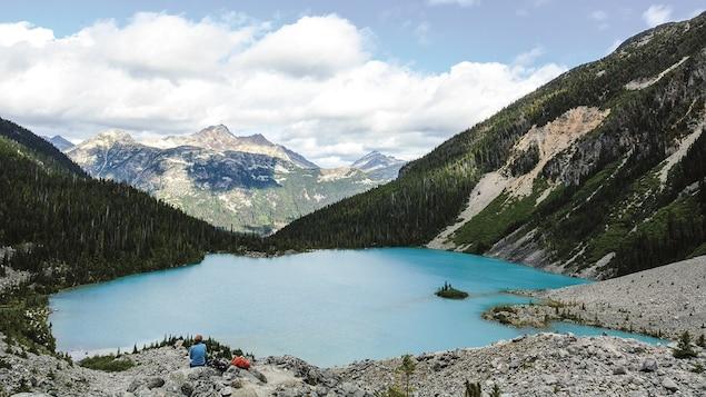Un lac bleu entre les montagnes.