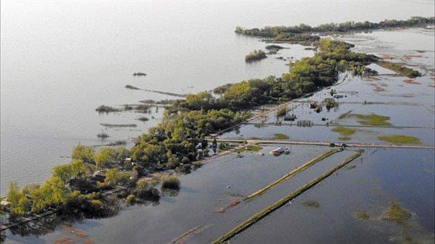 Une vue aérienne, datant de juin, des dégâts causés par les inondations à Twin Lakes Beach, sur les rives du lac Manitoba.