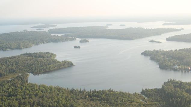 Une photo aérienne d'un lac.