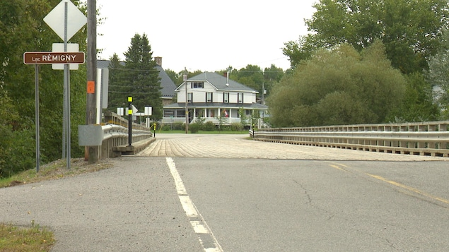 Une affiche indique le Lac Rémigny, aux abords d'un pont.