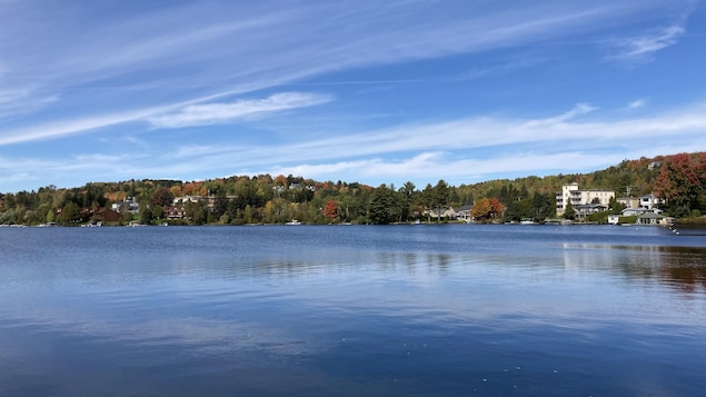 Le lac des Sables, au cœur du centre-ville de Sainte-Agathe-des-Monts en automne.