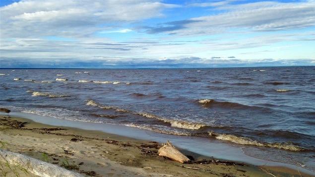 De petites vagues se forment sur le lac Saint-Jean.