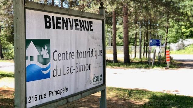 Un panneau indique l'entrée du Centre touristique du Lac-Simon.