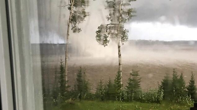 Un tourbillon touchant le sol sur le lac Turgeon.