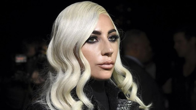 Portrait de Lady Gaga les cheveux blonds platine.