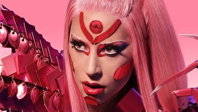 Lady Gaga avec les cheveux et un costume roses
