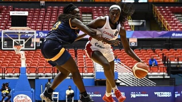 La joueuse de basketball canadienne Laeticia Amihere contrôle le ballon face à une joueuse des îles Vierges.