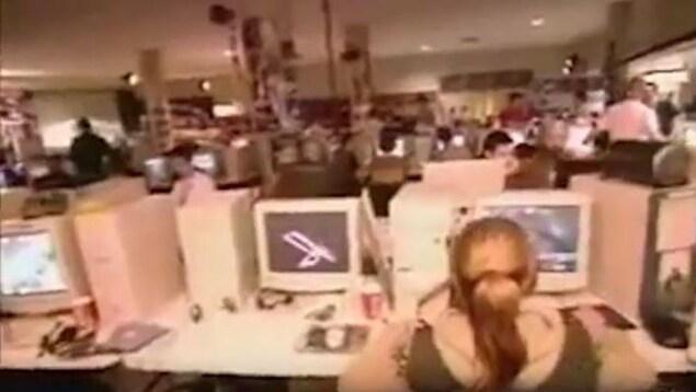 Une vieille photo montrant des rangées de vieux ordinateurs et de joueurs en train de s'adonner à une compétition de jeux vidéo en réseau.