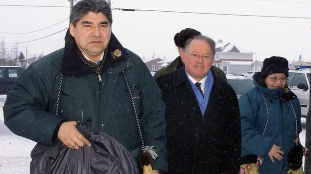 Le premier ministre du Québec, Bernard Landry, et Ted Moses, grand chef du Grand Conseil des Cris, se préparent à signer la paix des braves le 7 février 2002, à Waskaganish, au Québec