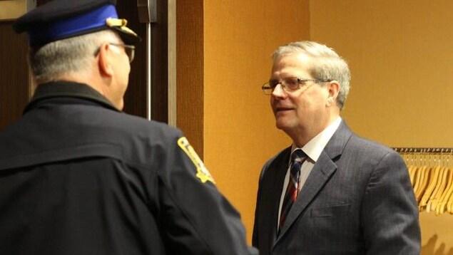 Larry Wilson accompagné d'un autre policier.