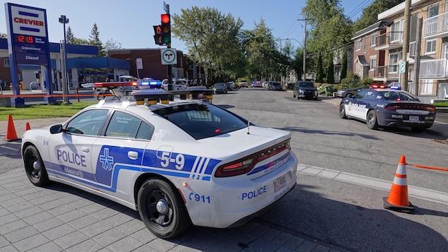 Des voitures de police et une ambulance dans une rue à LaSalle.