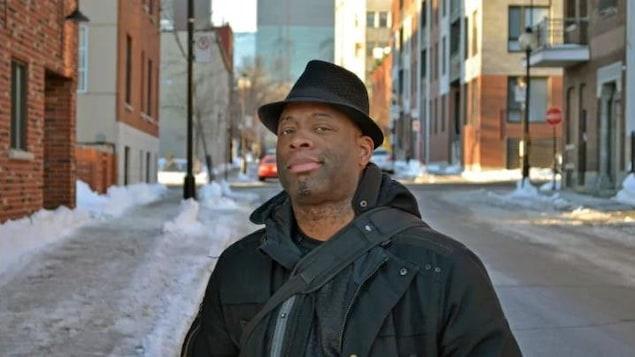 Lateef Martin devant le trottoir glacé.