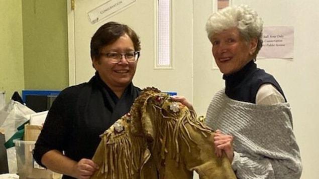 Laura Chaboyer (à gauche) et Sharon Leveque (à droite) posent avec un manteau dans leurs mains.