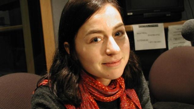 Laure Waridel, assise en studio près d'un micro.
