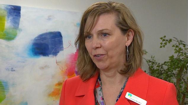 femme de type européen, Laureen MacNeil, directrice générale de l'Association canadienne pour la santé mentale de Calgary.