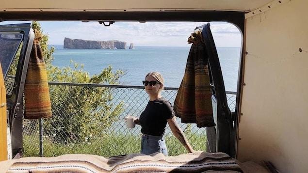 Laurence prend un café devant le Rocher Percé. La photo est prise de l'intérieur de sa fourgonnette.
