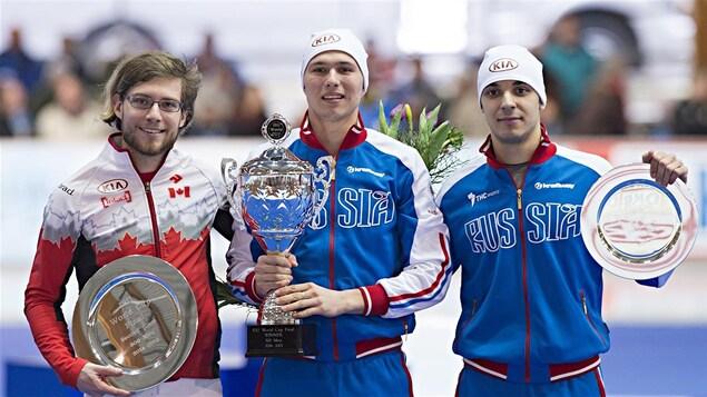 Laurent Dubreuil (à gauche), 2e au classement général du 500 m en 2015, derrière le Russe Pavel Kulizhnikov (au centre)