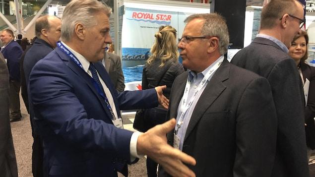 Le ministre de l'Agriculture, des Pêcheries et de l'Alimentation du Québec, Laurent Lessard, en discussion avec Rick Doucet, le ministre du Développement de l'énergie et des ressources du Nouveau-Brunswick.