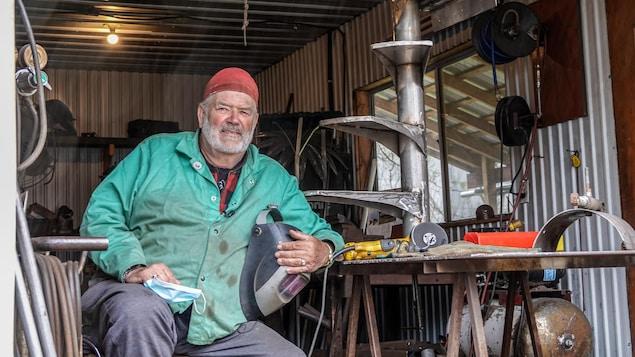 Un homme dans un atelier de soudure.