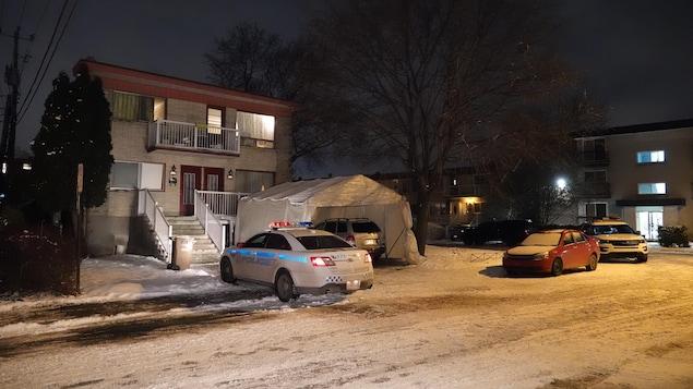 Une voiture de police devant une maison.
