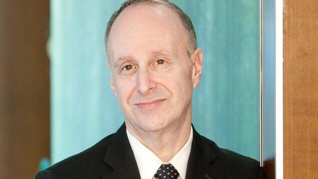 Gros plan du Dr Lawrence Rosenberg.