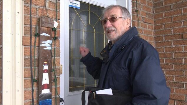 Lazare Fallu fait du porte-à-porte chez ses paroissiens depuis une douzaine d'années pour les convaincre d'adhérer à des paiements automatisés de la dîme
