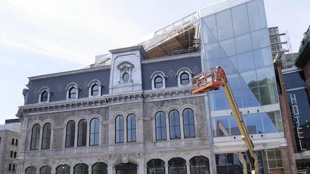 La façade du Diamant à Québec avec une grue et des travailleurs
