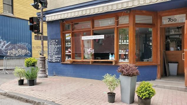 La devanture du restaurant Le Hobbit Bisto a été modifiée pour permettre aux clients de commander à l'extérieur du commerce.