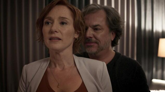 Dans le film Le problème d'infiltration, de Robert Morin, les acteurs Sandra Dumaresq et Christian Bégin se tiennent l'un derrière l'autre en arborant un sourire incertain.