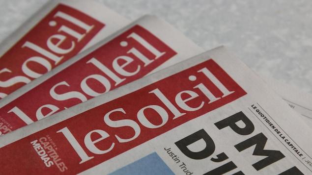 Des journaux Le Soleil empilés.