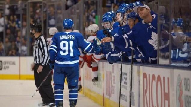 des joueurs de hockey sur la glace, avec Tavares