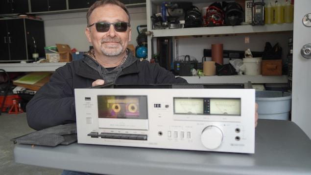 Un homme de Timmins pose avec un lecteur cassette.