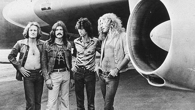 John Paul Jones, John Bonham, Jimmy Page et Robert Plant posent avec leur avion privé The Starship en 1973.