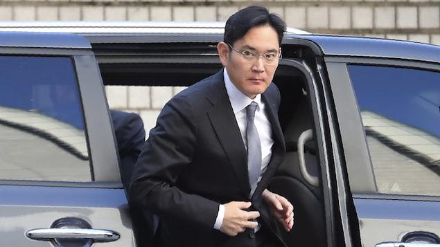 Lee Jae-yong sort d'une voiture.