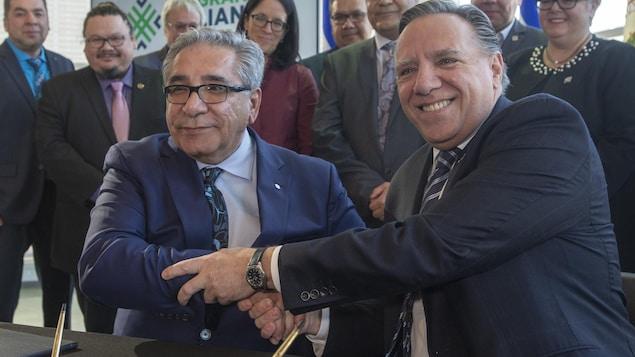 Le premier ministre Francois Legault et le grand chef cri Abel Bosum ont signé lundi à Montréal un protocole d'entente permettant le développement économique à long terme de la région d'Eeyou Istchee Baie-James.