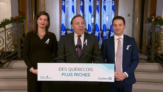 François Legault s'adresse aux journalistes.