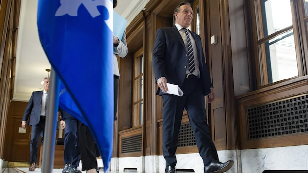 M. Legault marche dans un couloir de l'Assemblée nationale.