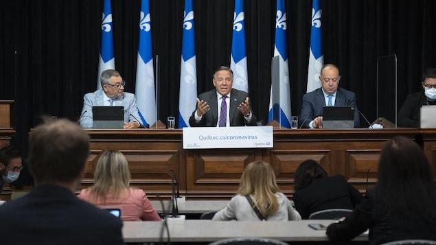 د. أوراسيو أرودا و فرانسوا لوغو و كريستيان دوبيه خلال مؤتمر صحفي.