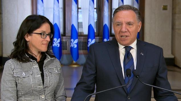 François Legault et Sonia Lebel s'adressent aux journalistes.